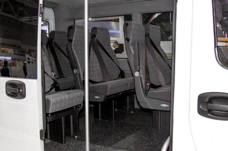 Вид на автобуса салон снаружи